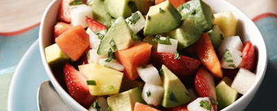 Ensalada de aguacate y frutas con aderezo de limón y chile piquín
