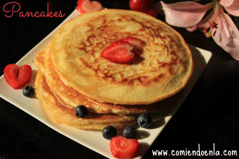 Pancackes con miel y fresas