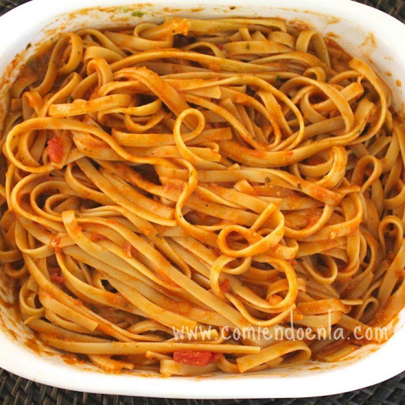 Fettuccine en salsa marinara y pesto comiendo en la for Hacer salsa marinera