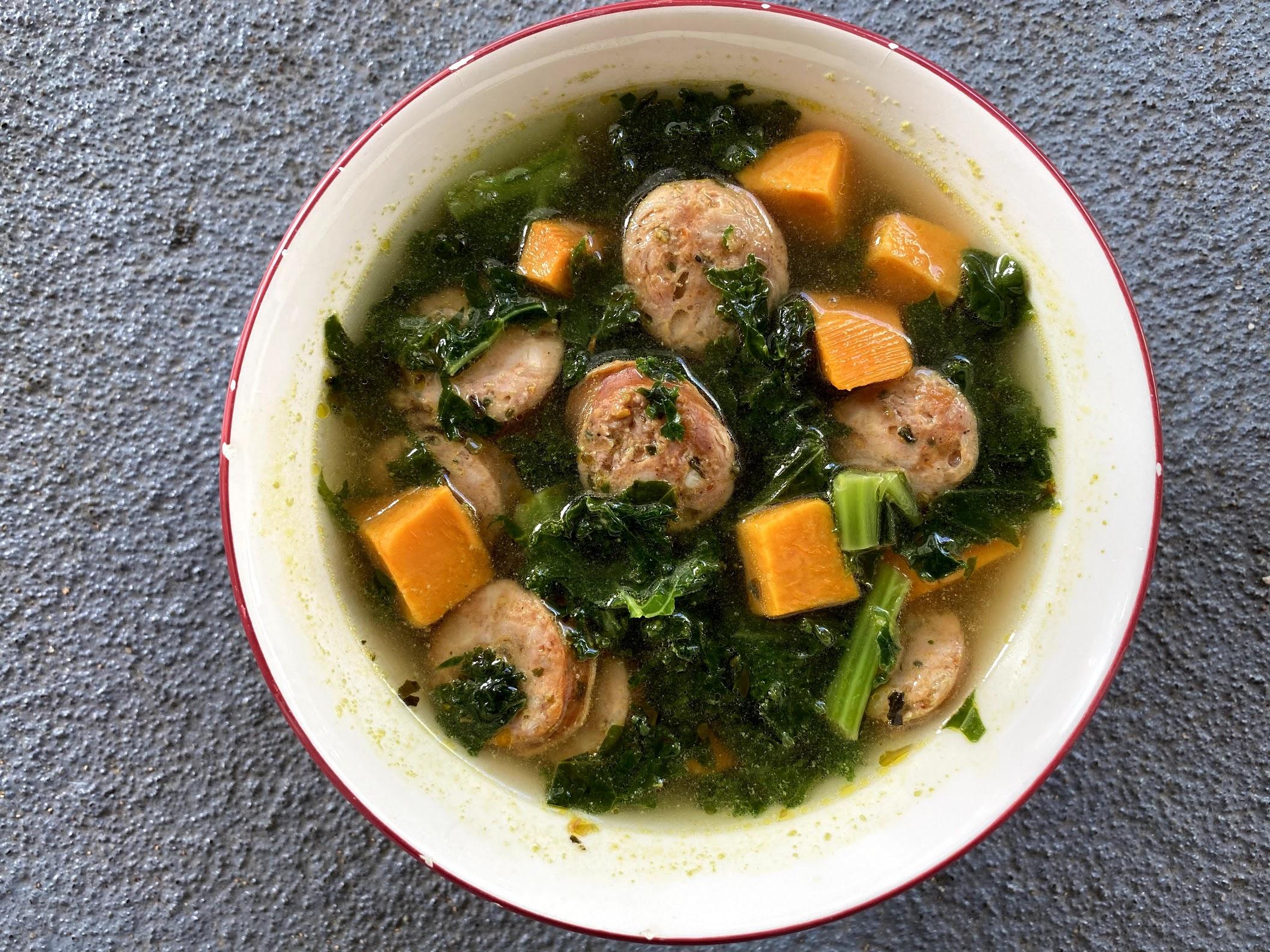Sopa de salchicha, batata y col rizada (5 Ingredientes)