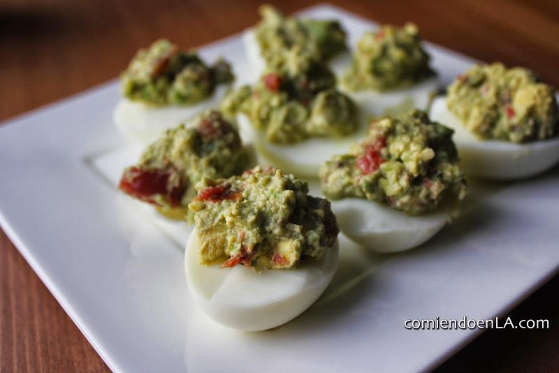 Huevos rellenos de aguacate