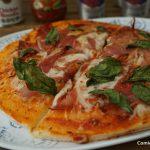 Pizza de prosciutto y mozzarella con base de coliflor