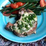 Chuleta de cerdo con corteza de queso azul