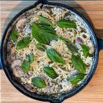 Pasta cremosa con pesto y champiñones